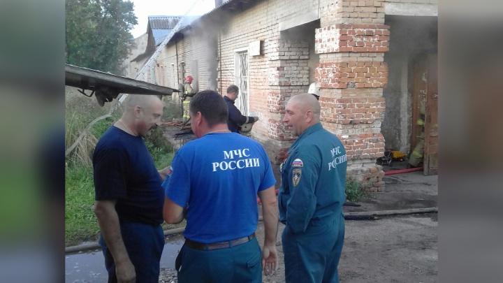Помойте и живите дальше: власти предложили многодетной семье жить в сгоревшем доме