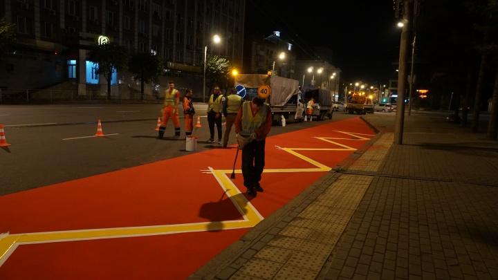 На остановке в центре Красноярска нанесли противоскользящее покрытие