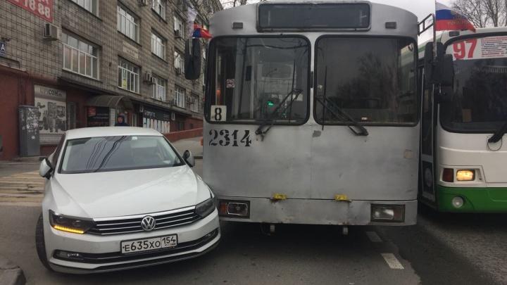 Троллейбус с пассажирами попал в аварию на Восходе