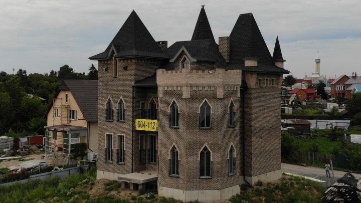 Что скрывает средневековый замок на берегу Туры стоимостью 35 миллионов рублей? И кто его хозяин?
