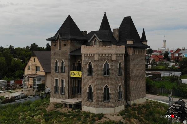 Этот замок находится в привлекательном районе, неподалеку от аквапарка. Интересно, а привидения идут в комплекте?