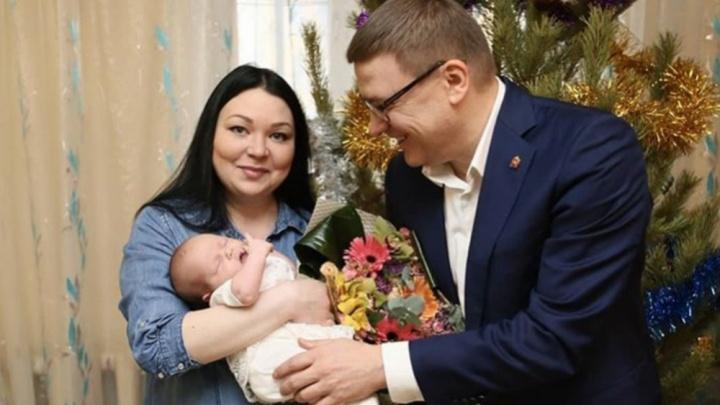 Текслер навестил Николь, родившуюся в Новый год, и объявил о повышении регионального маткапитала