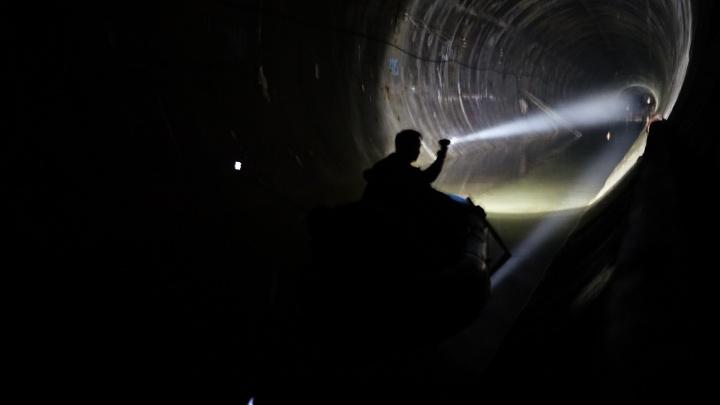 Омич проплыл на лодке по затопленному метро
