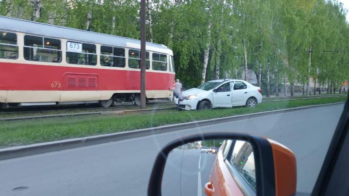 Снес ограждение: на Блюхера Renaultповис на трамвайных путях после ДТП