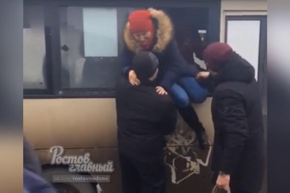 Мужчины помогли девушкам выбраться из маршрутки