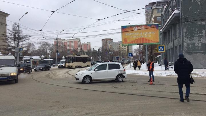 Семь трамваев № 13 застряли у кольца за оперным