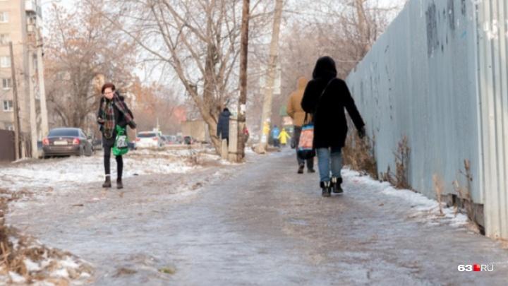 «Наступайте на всю ступню»: в Самаре объявили «жёлтый уровень опасности» из-за гололёда