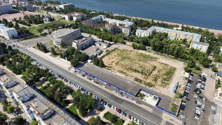 В Самаре рабочие закрыли забором стоянку перед дворцом спорта на Молодогвардейской