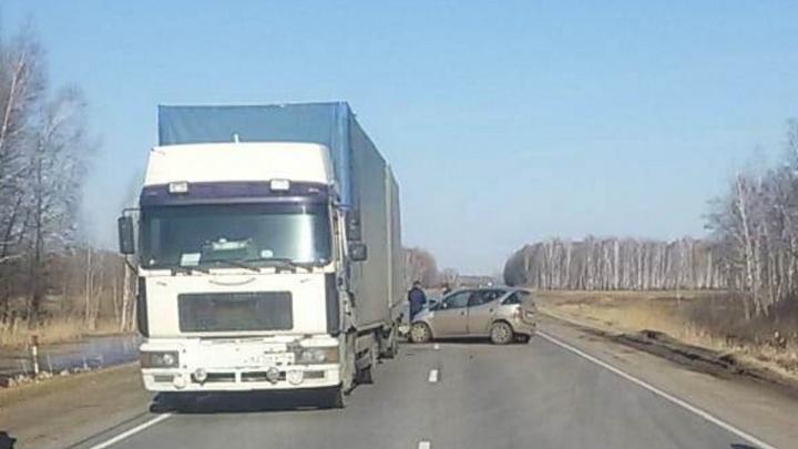 21-летний пьяный водитель «Мерседеса» влетел в фуру. Погиб пассажир его машины