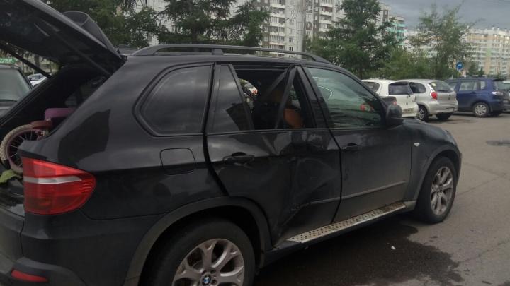Видео: вода хлынула на 9 Мая из-за коммунального ЧП. У элитного авто помяло кузов и выбило стекла