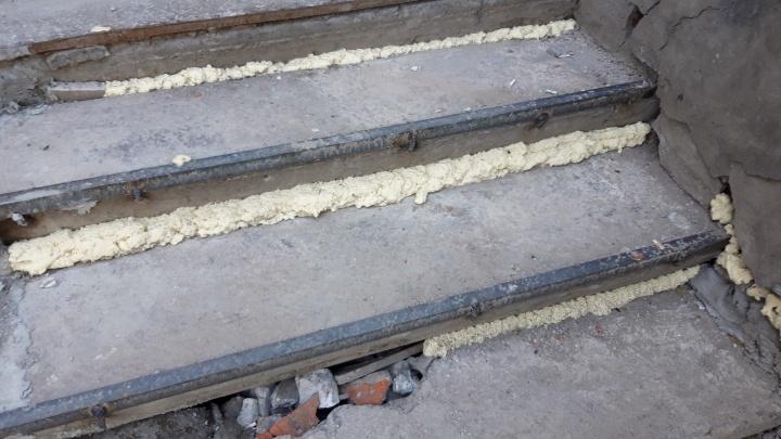 На Холодильной разваленную лестницу общежития залили монтажной пеной
