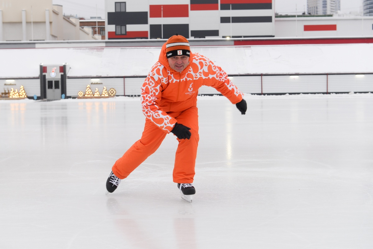 Александр Владимирович — поклонник активного образа жизни — с удовольствием тестирует свежий лед