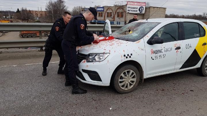 Очевидцы о кровавой разборке таксиста и пассажира: «Водитель не растерялся и вдарил по тормозам»