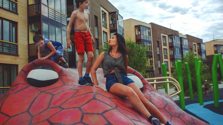 «Я не святая — иногда очень хочу сбежать»: красавица-фотограф одна растит мальчиков-аутистов