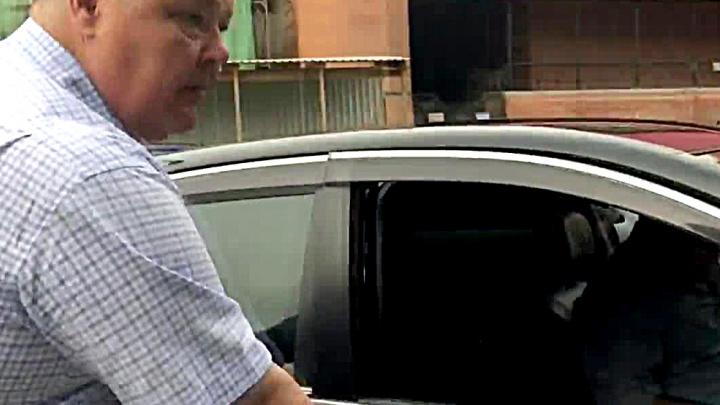 «Пускай не отмазывает»: машину зампрокурора застукали под знаком «Остановка запрещена»