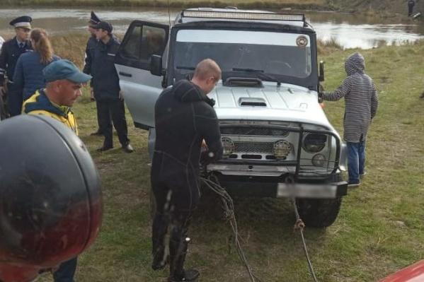 Под воду ушел автомобиль УАЗ
