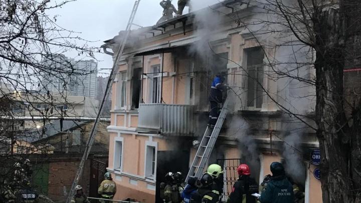 В Ростове загорелся жилой дом возле ж/д вокзала. Есть пострадавшие
