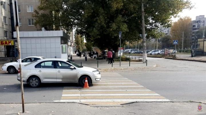 «Выскочил на дорогу из-за автобуса»: в Волгограде ребенок оказался под машиной по дороге в лицей