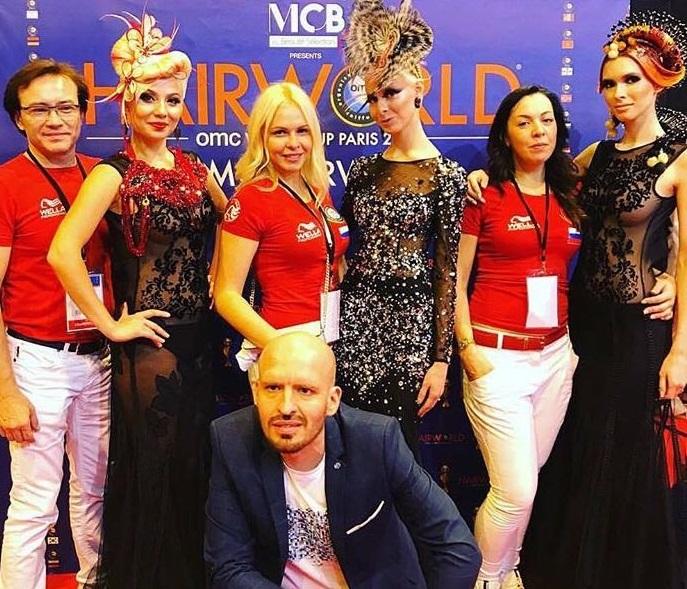 Людмила Железнюк в центре в красной футболке