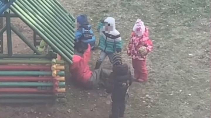 Дети в садике избили малышку: власти сообщили, что с ребёнком и где теперь воспитатель