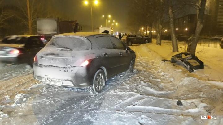 С утра уже 15 ДТП: Екатеринбург встал в девятибалльные пробки из-за ночного снегопада