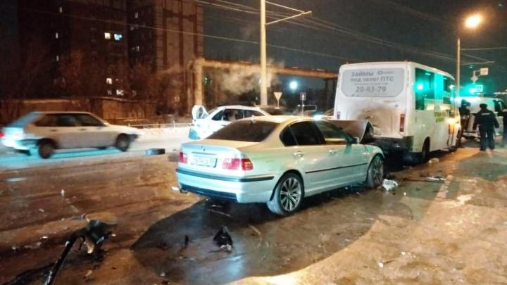 На левом берегу произошла массовая авария с участием такси и маршрутки