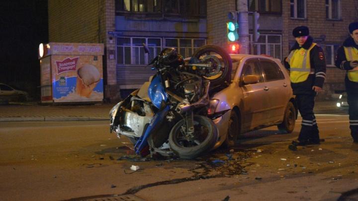 Сезон открыт: едущий по своей полосе мотоциклист влетел в лобовое стекло «Тойоты»