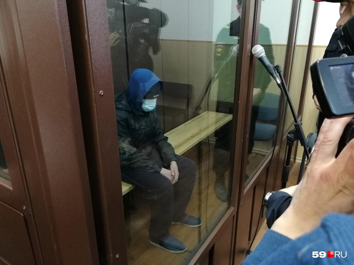 Андрея считают зачинщиком нападения. На заседание он пришел в маске, кепке и капюшоне