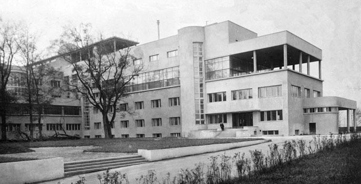 Одно из первых зданий конструтивизма в нашей стране — ДК ЗИЛ, разработан братьями Весниными и был построен в Москве. Пермские постройки тоже на него похожи