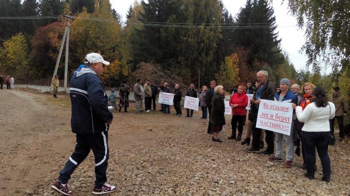 Жители микрорайона Заозерье вышли на пикет против закрытия пляжа