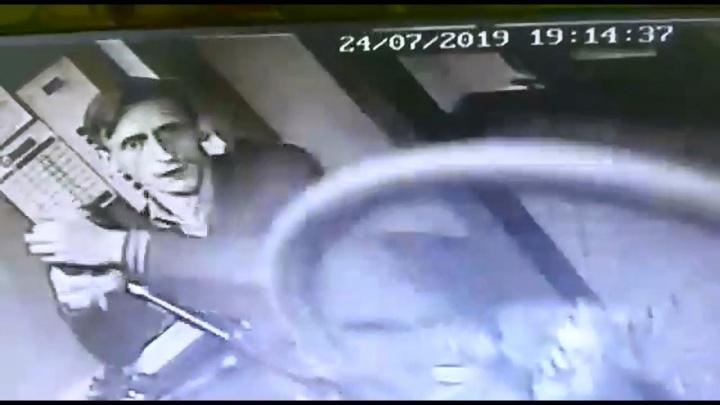 В Екатеринбурге ищут воришку, который укатил велосипед из многоэтажного дома: видео