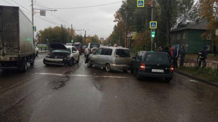 Улица Калинина встала в пробку в обе стороны от «Леруа Мерлен»