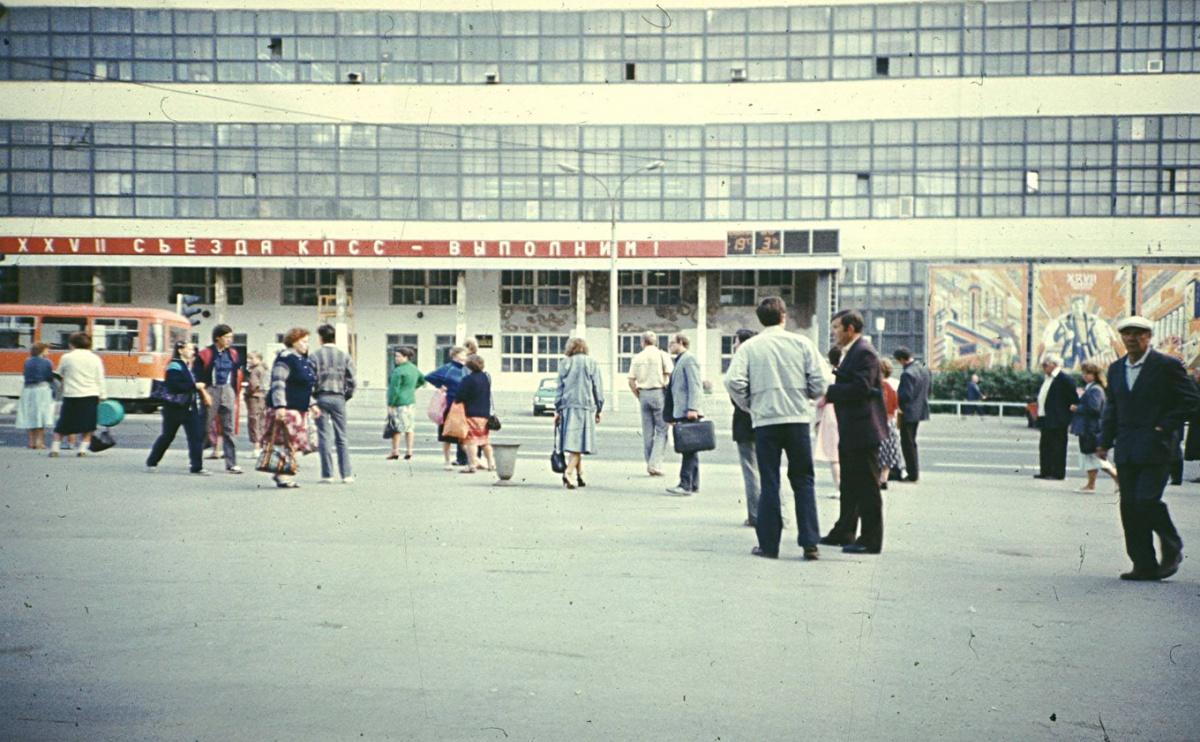 Часы над проходной завода «Вектор», 1987 год