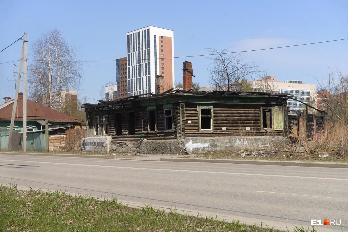 Соседство деревянных избушек и новостроек скоро закончится