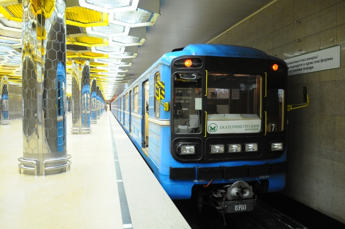 В метро через турникет можно пройти, оплатив проезд картой