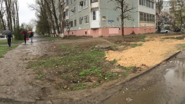 «Поросло травой место наших встреч»: волгоградцы с зимы месят грязь ногами после работы «Концессий»