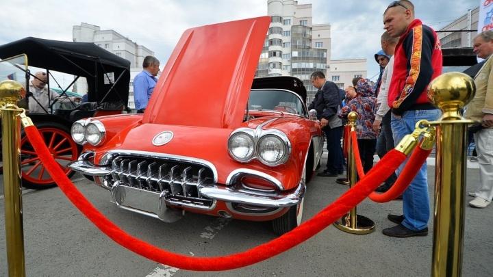 """От """"Запорожца"""" до Corvette: на стоянке у ДИВСа запарковалась сотня раритетных авто"""