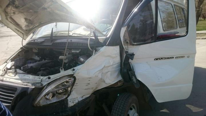 Пассажир и водитель маршрутки пострадали в ДТП в Бердске: на месте работает скорая