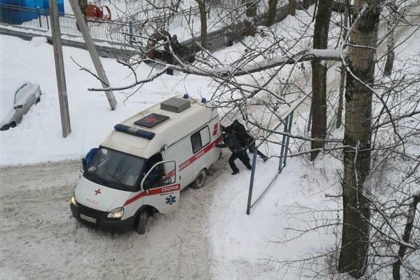 Соседям и родственникам больного пришлось приложить усилия, чтобы человек получил помощь