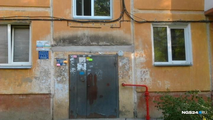 Жители дома на Гладкова месяц живут без козырьков у подъездов. В УК ответили, когда закончат ремонт