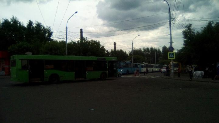 «Пробка из троллейбусов»: мелкая авария заблокировала проезд у автовокзала
