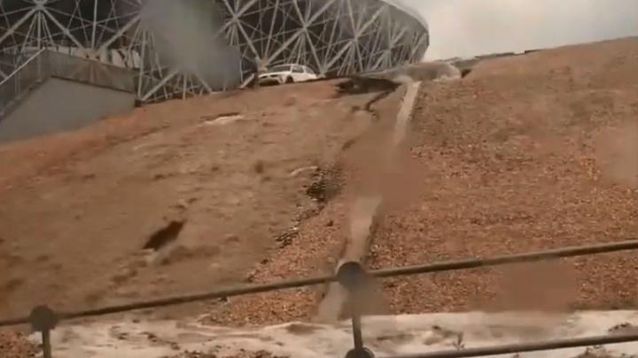 Дождь смыл склон «Волгоград Арены»: видео