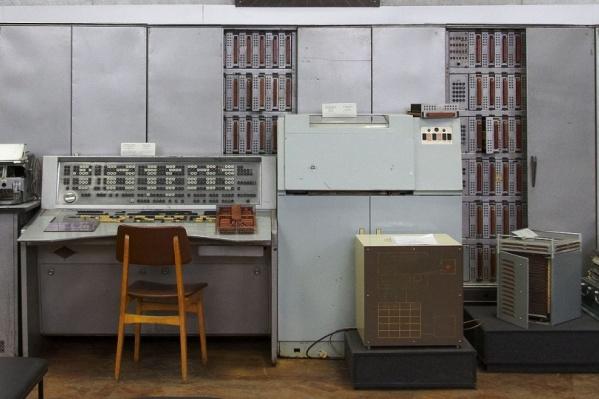 С вот таких ЭВМ, разработанных внутри страны, начиналась история компьютеров в России. Есть мнение, что скоро мы опять окажемся отрезаны от окружающего мира в том, что касается компьютерной сферы