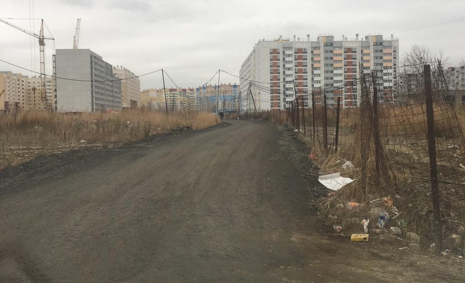 Микрорайон частично заселён, его жителям приходится добираться до своих новеньких квартир по таким дорогам