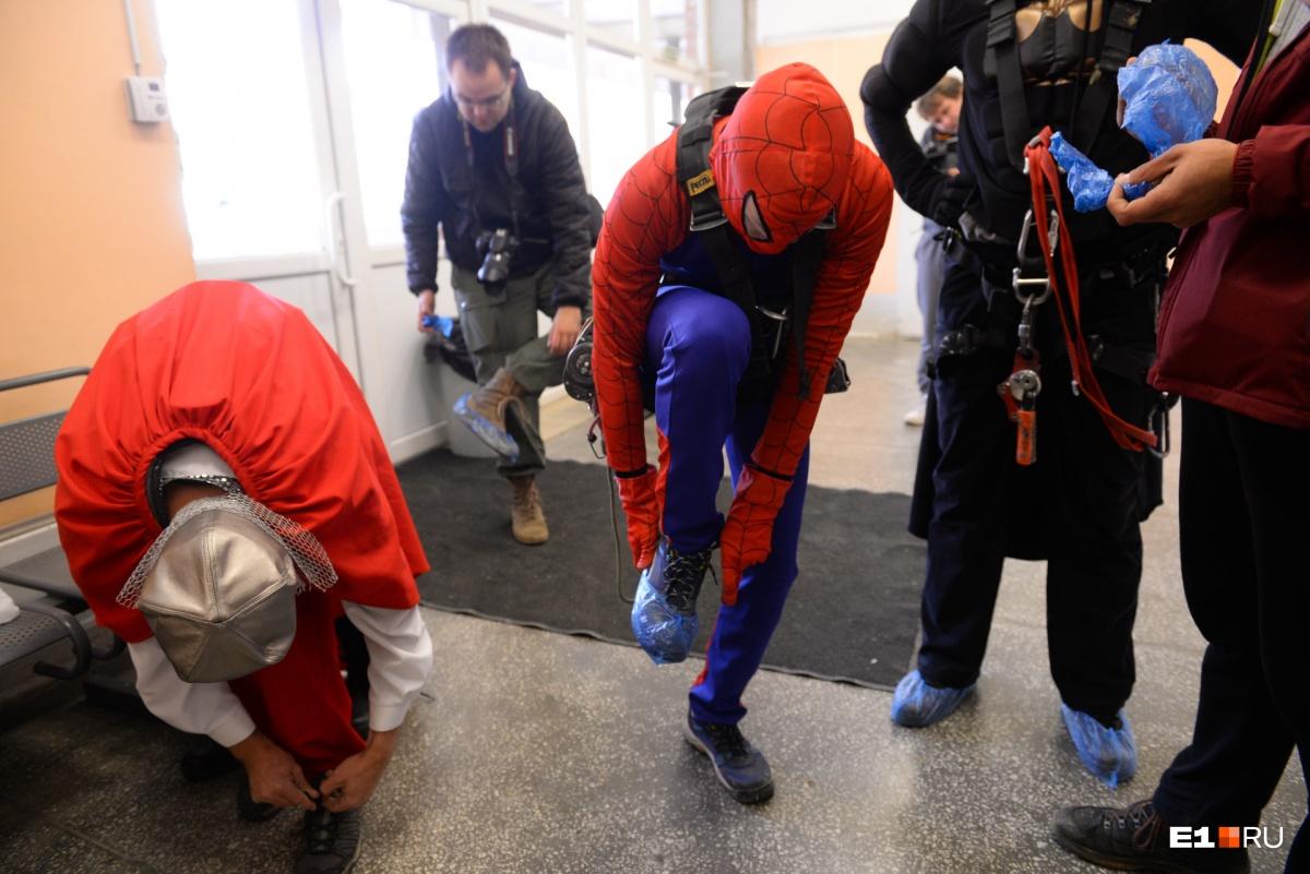 На входе в отделение супергерои, как и все посетители, надели бахилы