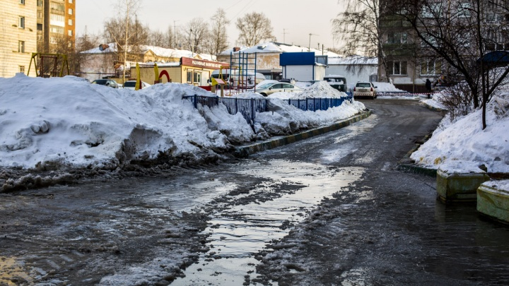 Коммунальная авария на Есенина: вода из лопнувшей трубы затопила дворы