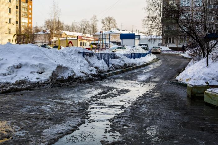 Двор дома  № 10/2  на улице Есенина затопило водой