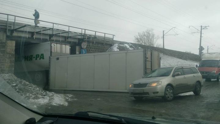 Фото: фура с прицепом заблокировала проезд под мостом