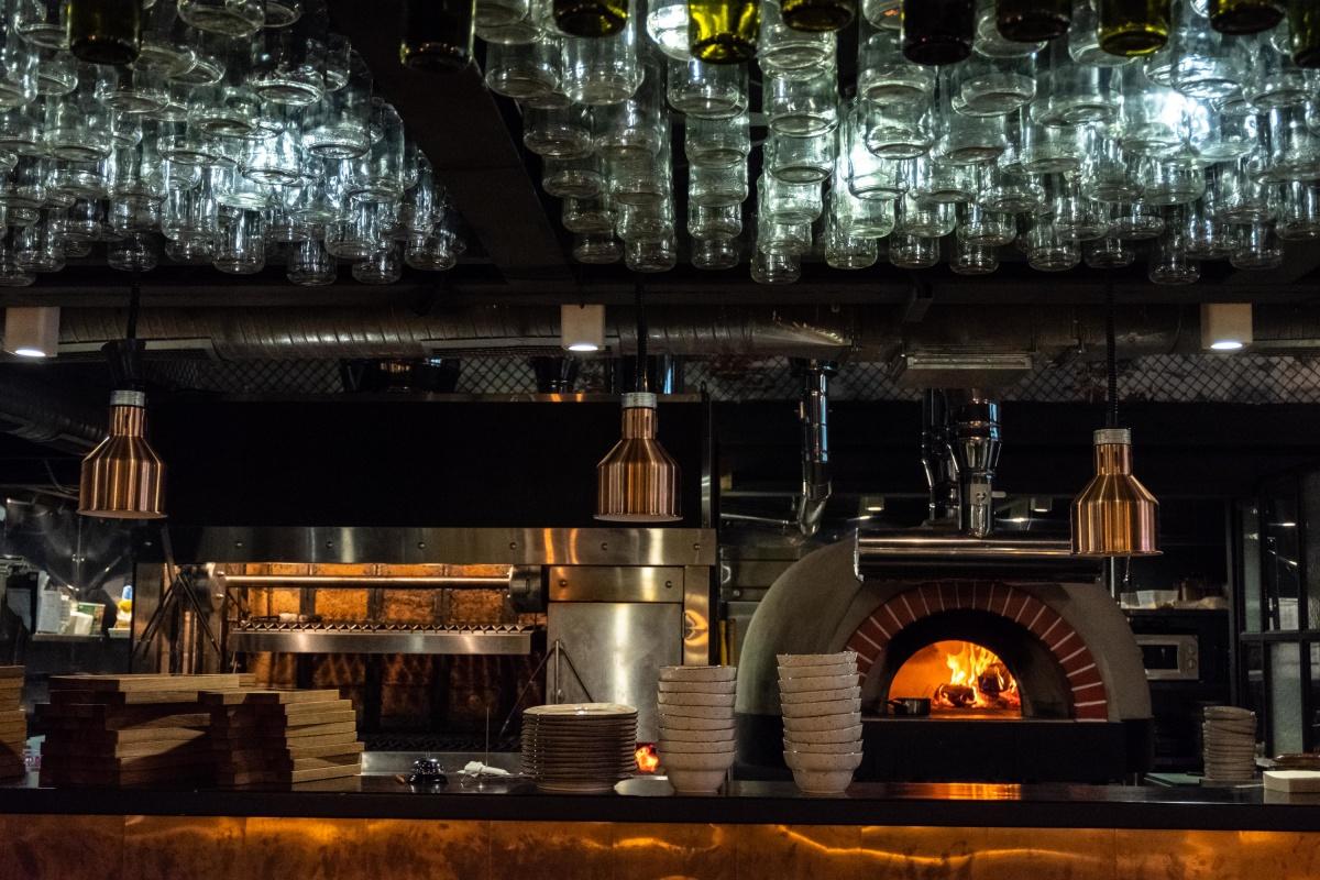 В ресторане готовят на живом огне аргентинского гриля (слева) и в помпейской дровяной печи (справа)