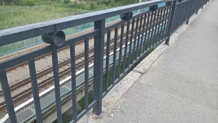 «Перила держатся на краске»: волгоградцы заметили новые следы разрушений на Астраханском мосту